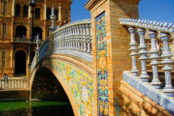 Traços das tradições islâmica e europeia na bela arquitetura.